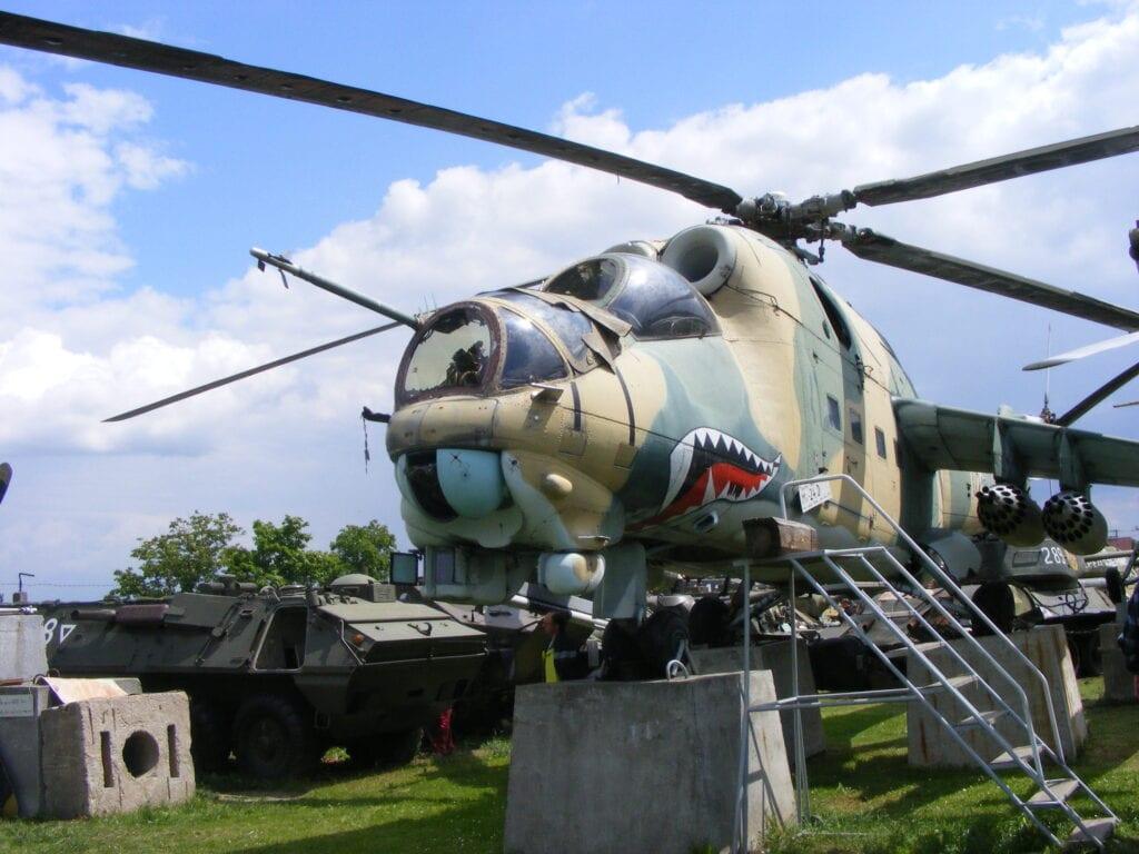 Vojenský vrtulník s hezkým barevným provedením