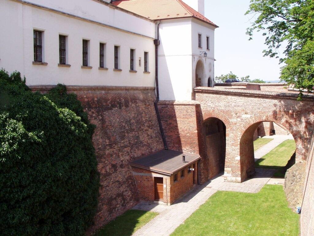 Vchod do samotného hradu je přes mohutný most