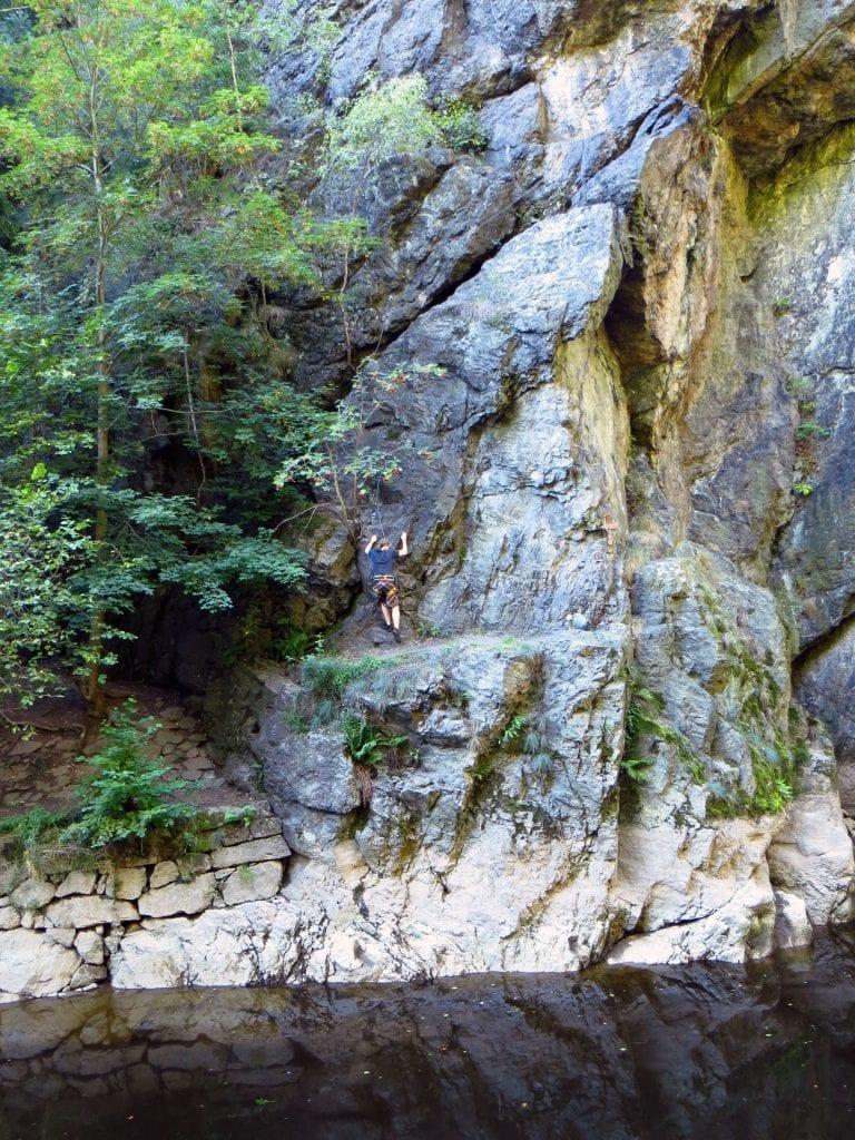 Začnete na skalní pěšině jen pár metrů nad Jizerou.