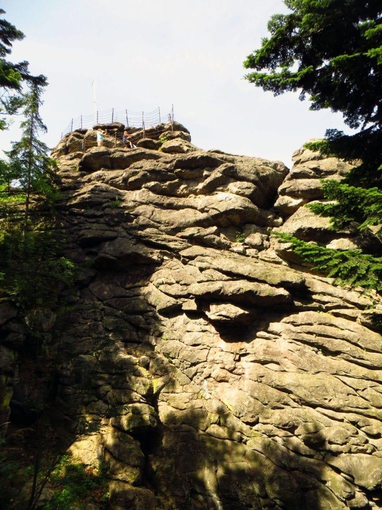 Po cestě na Čertovy kameny vede upravená cestička.
