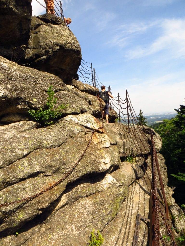 Budou vás čekat i kamenné schody lemované řetězovým zábradlím.