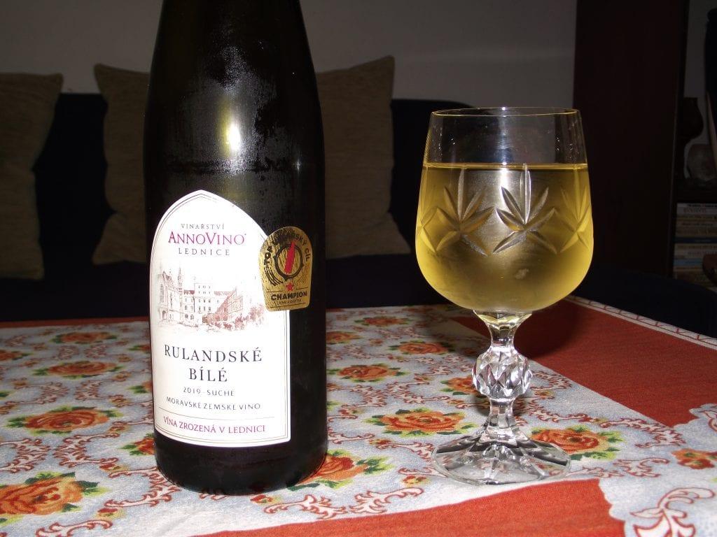 Sklenka kvalitního vína vždy přijde k duhu