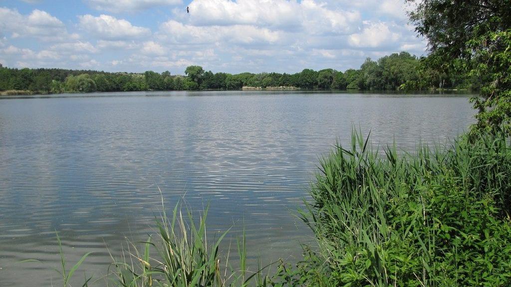 Ke koupání je místní rybník