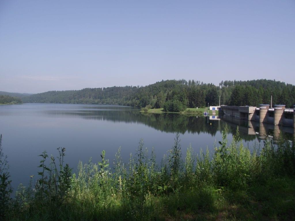 Okolí přehrady s uchvacující přírodou