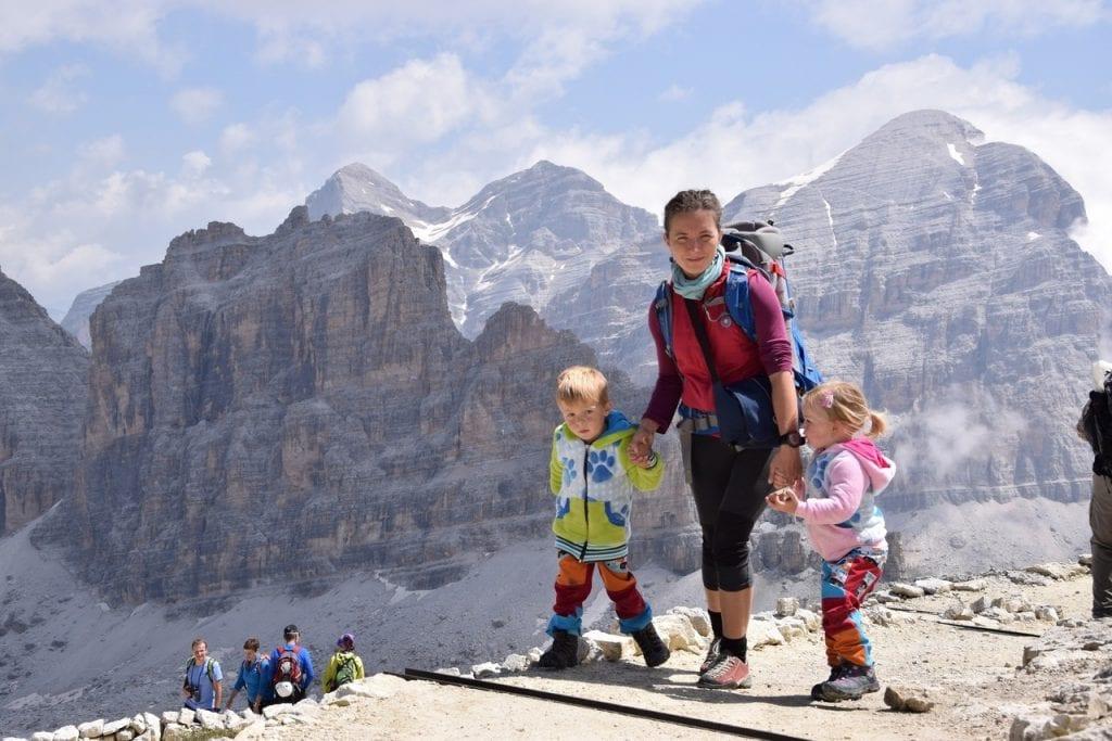 Děvče z hor bere na cesty i své děti