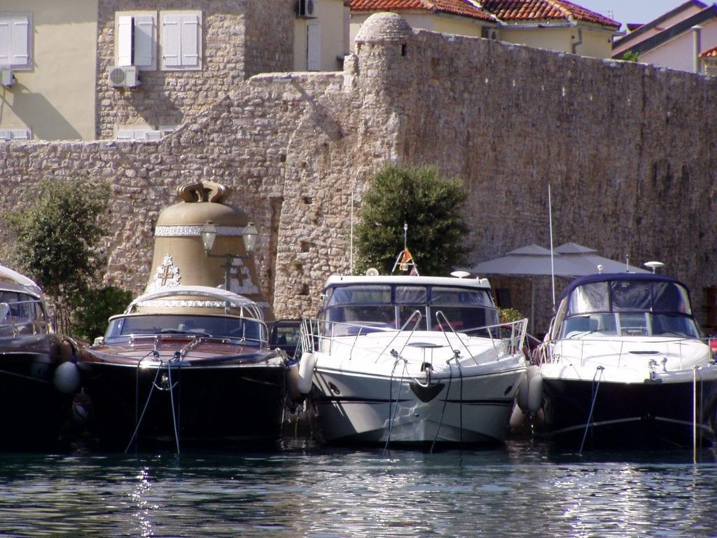 Jachty různých velikostí - běžný obrázek pobřežních měst.