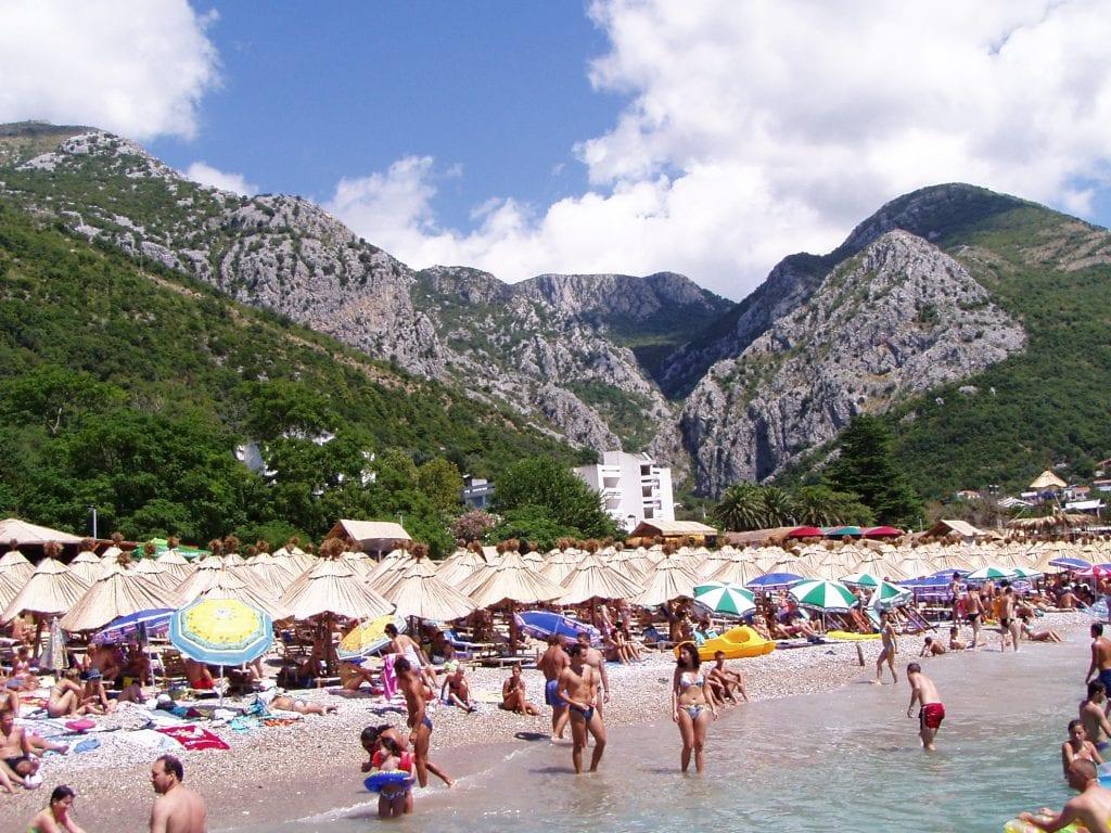 Černou Horu charakterizují hory a pláže.