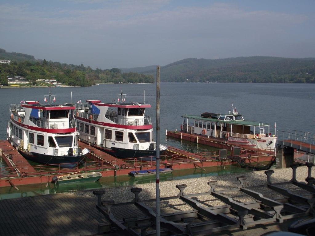 Brněnská přehrada je známá svou lodní dopravou.