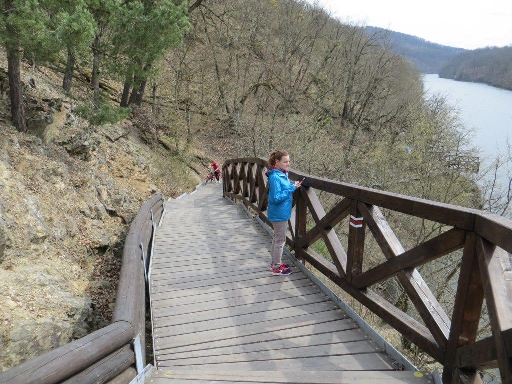 Stezka okolo Prýglu vede i po pěkně upraveném dřevěném chodníku.