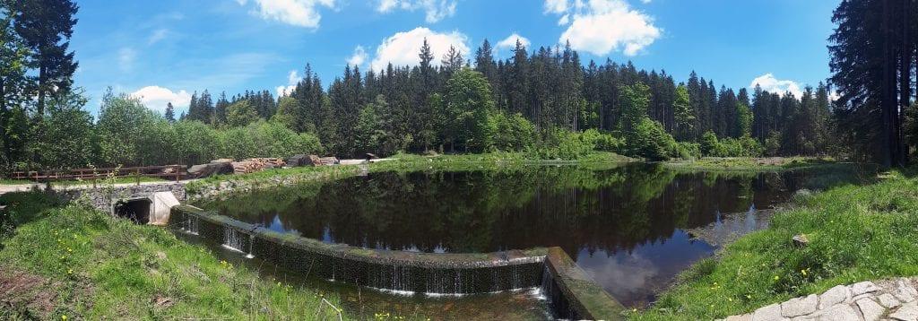 Rumpoltův rybník měl stále proudící a chladnou vodu.