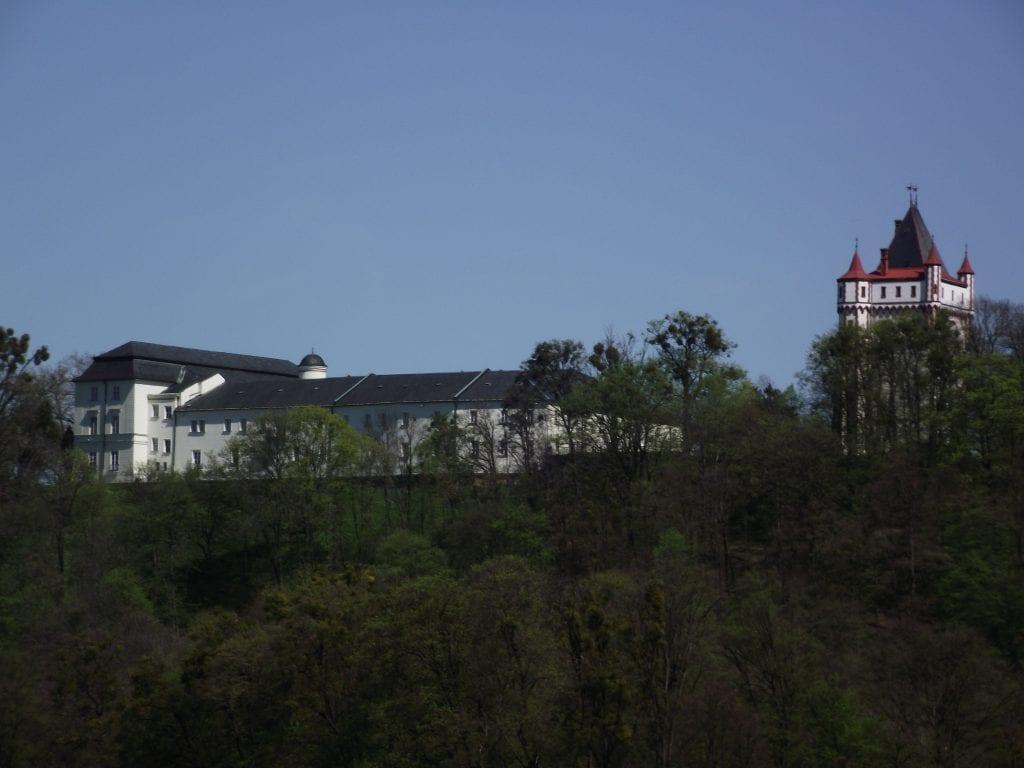 Zámek v Hradci nad Moravicí je vidět z daleka