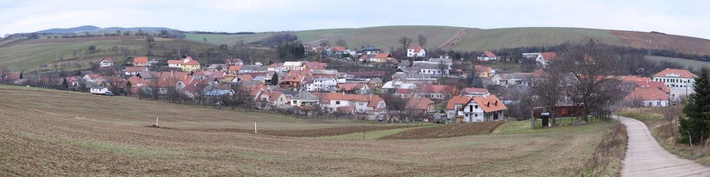 Celkový pohled na obec Modrá.