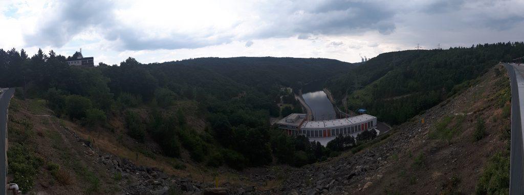 Na treku Oslava a Jihlava se nabídl i tento výhled z nejvyšší hráze v ČR.