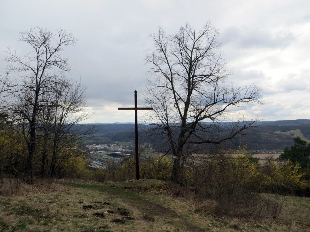 Kříž s odpočívadlem, těsně za nejvyšším bodem přírodní rezervace.