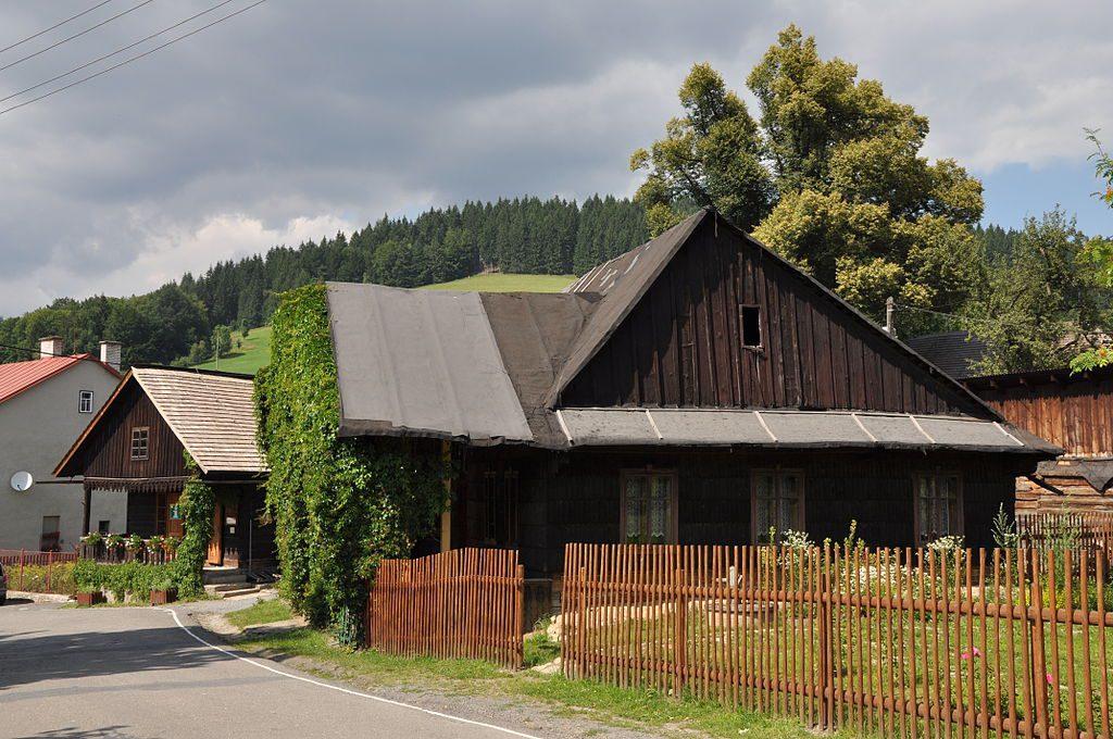 Typická valašská obec je charakteristická svou zástavbou.