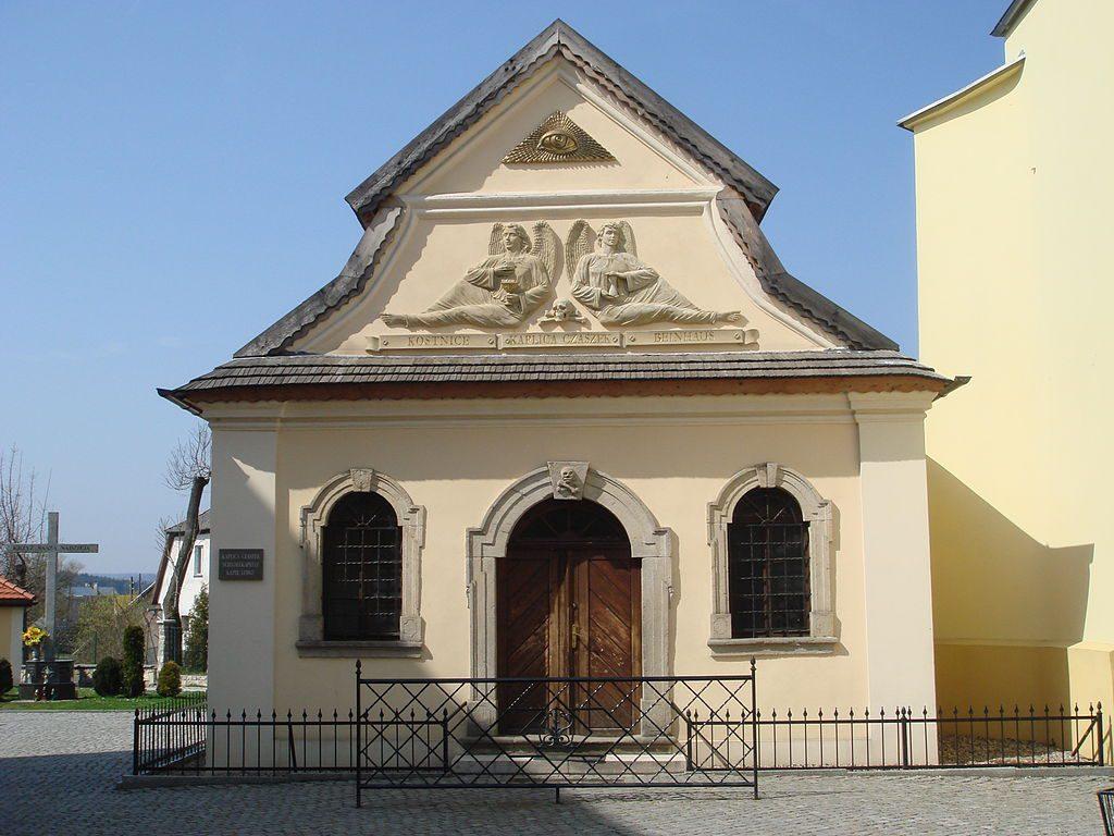 Kostnice v Čermné působí z venku spíše jako tradiční kaple.