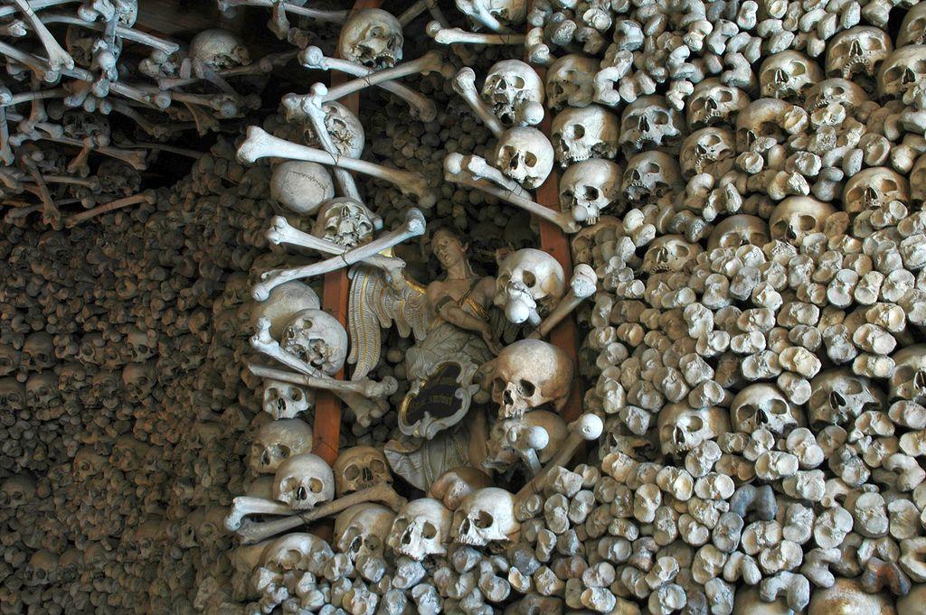 V kostnici v Čermné leží mnoho lidských kostí.